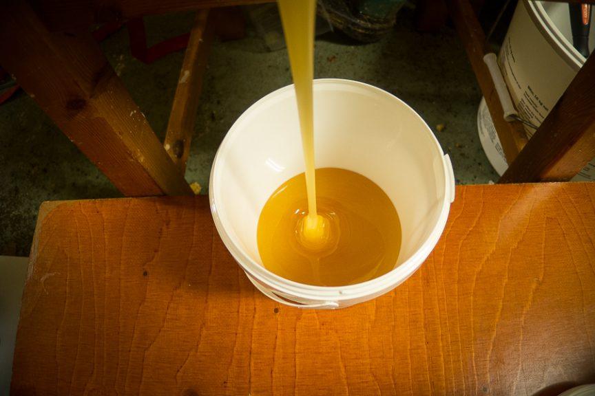 Tappning av honung. Foto: www.bubbelbubbel.se