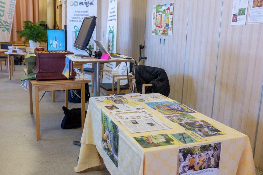 Mälaröbiodlarnas bord på Kyrkans miljödag i Stenhamra. Foto: Mats Andersson https://www.andersson.photo